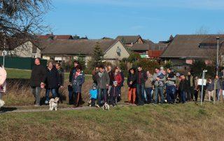 Rund 50 Teilnehmer des Spazierganges gehen den Feldweg zur Verlobungsbrücke entlang.