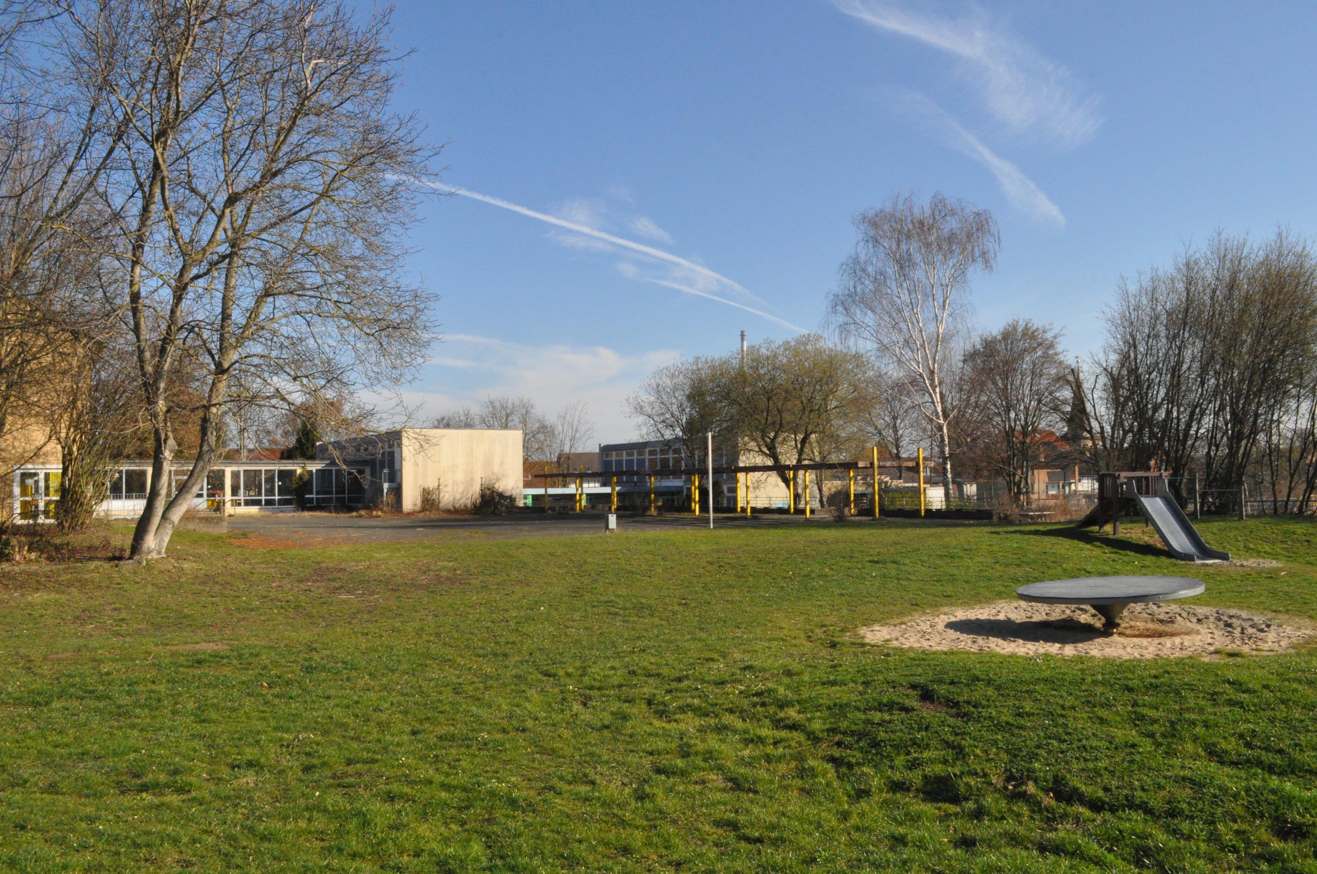 Gibt es eine Zukunft für das frühere Schulgebäude in Esbeck? Auf dem Spielplatz toben zumindest weiterhin Esbecker Kinder...