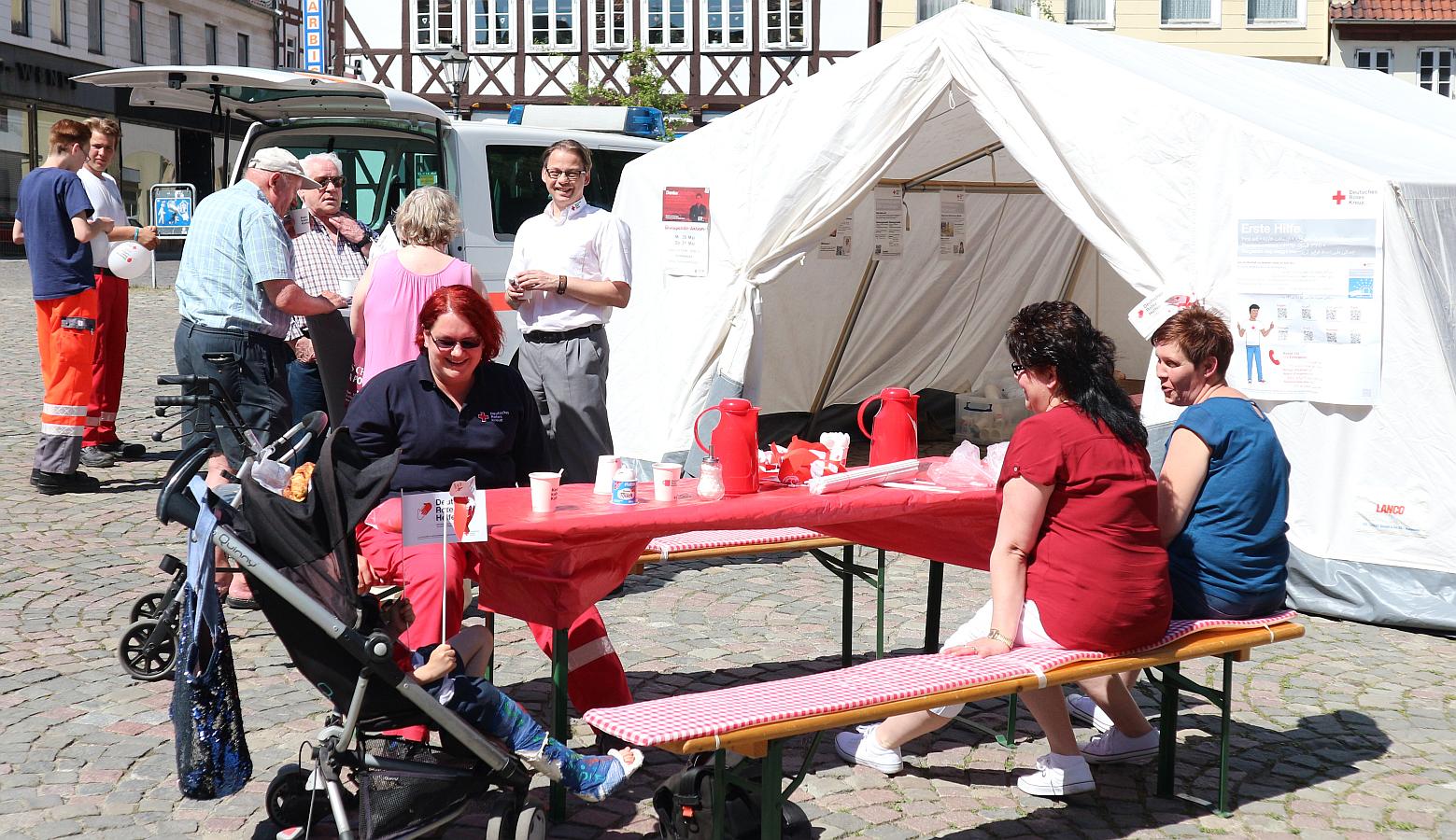 Am 8. Mai wird auf dem Schöninger Markt wieder der Weltrotkreuztag gefeiert.