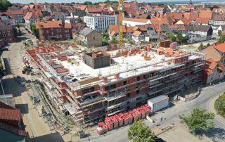 """Eine etwas andere Perspektive vom Baufortgang des Neubauvorhabens """"Die Edelhöfe"""" der Kreis-Wohnungsbaugesellschaft (KWG) Helmstedt vermitteln die beiden Luftbilder, die KWG-Geschäftsführer Wito Johann zur Verfügung stellte. Foto: KWG"""