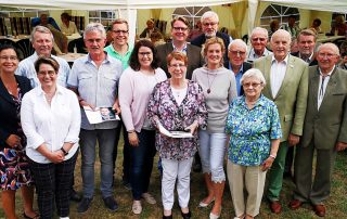 Gruppenbild von den geehrten Mitgliedern gemeinsam mit Veronika Koch MdL, Carsten Müller MdB und Lena Düpont MdEP im Garten der Familie Michel in Rennau. Foto: privat