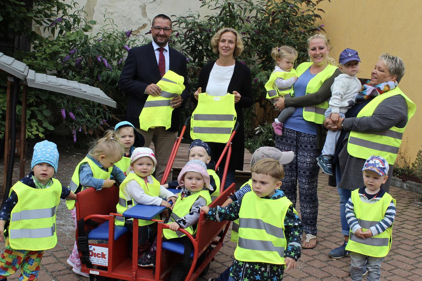 Die Kreisverkehrswacht Helmstedt übergibt Warnwesten an Kinderkrippe.