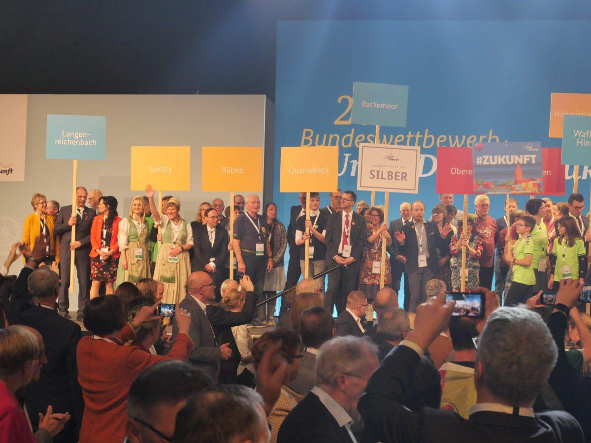 """Gemeinsam mit 2.500 """"Dorfkindern"""" ließen sich die Räbker zum Abschluss des 26. Bundeswettbewerbs """"Unser Dorf hat Zukunft"""" feiern."""