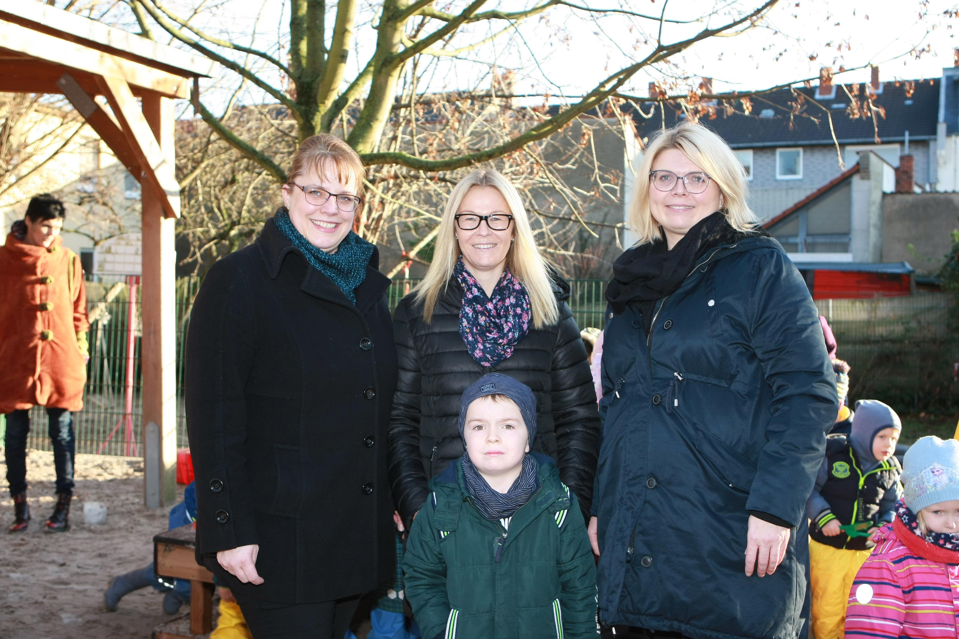 Das neue Spielgerät für den St- Vincenz-Kindergarten wurde von Doreen Griesche (stellvertretende Vorsitzende), Nina Günther (Kassiererin)und der Voristzenden des Elernrates Sina Müller übereicht.