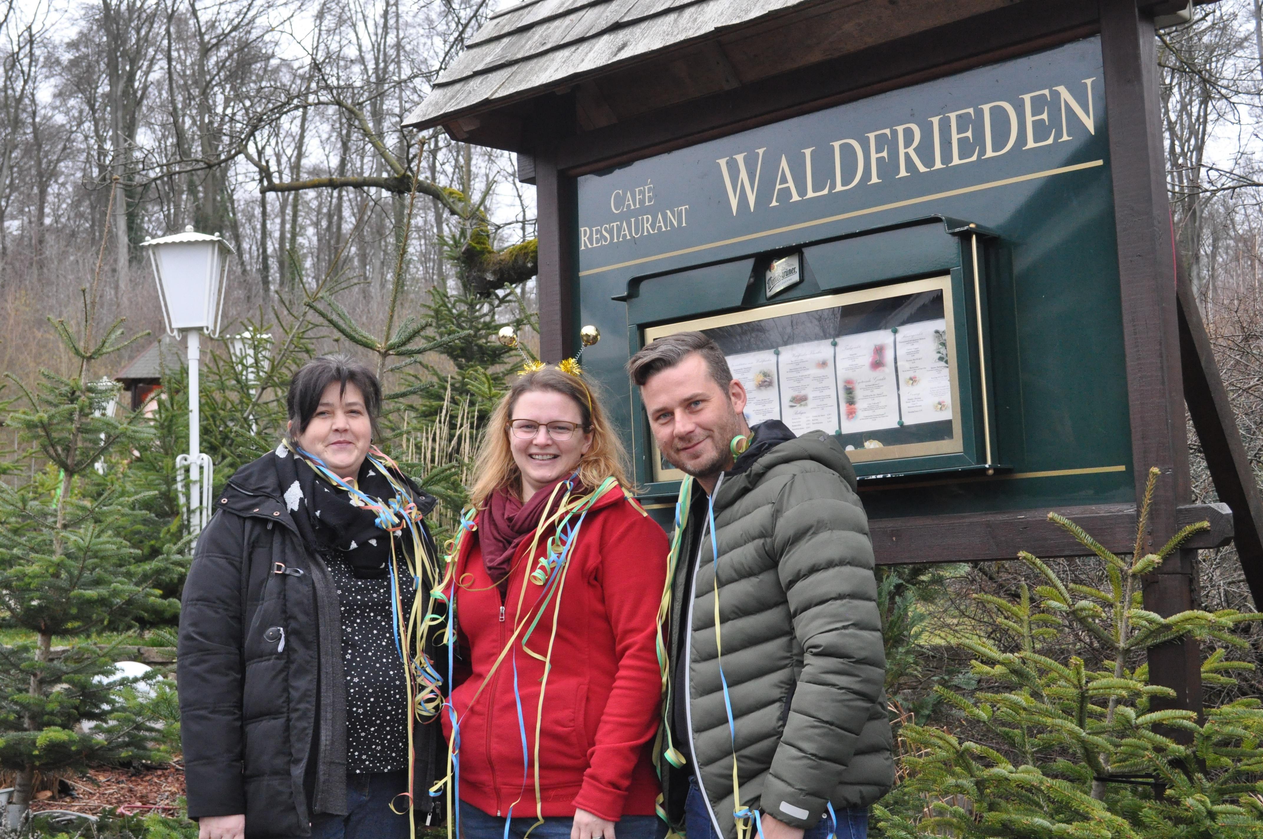 Sandra Müller, Jennifer Winter und Martin Rhode (von links) richten die Kinderfaschingsparty im Esbecker Waldrieden aus.
