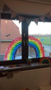 Der Regenbogen von Jaane, Jonte und Enne setzt ein Zeichen für die Außenwelt.