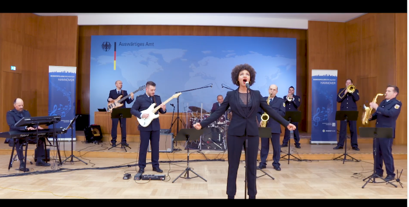 Shereen Adam sang die deutsche Nationalhymne im Auswärtigen Amt in Berlin. Begleitet wurde die Sängerin vom Bundespolizeiorchster Hannover.