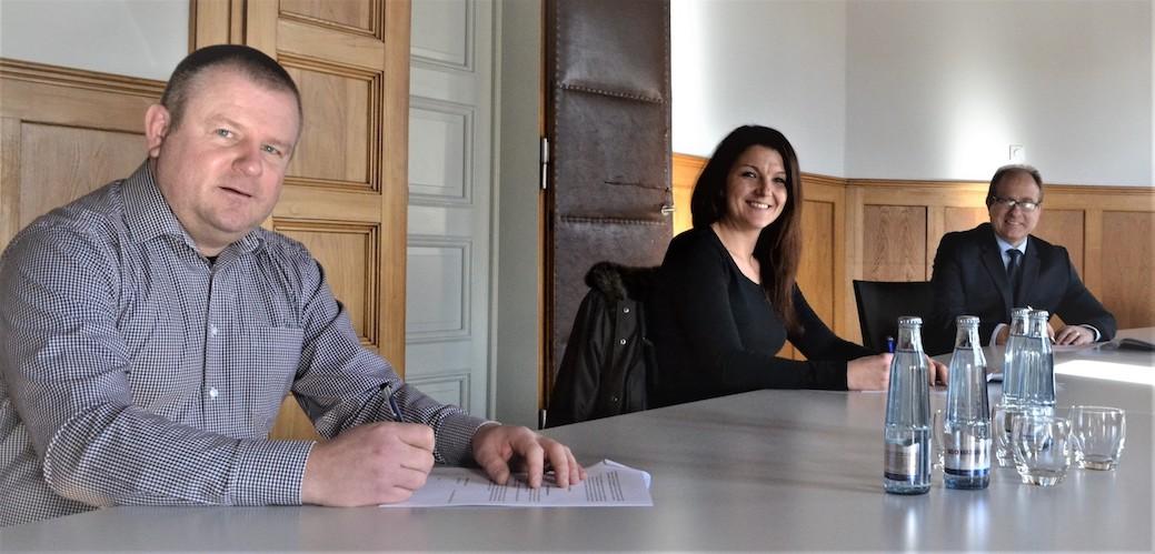 Ein Meilenstein: Mit dem jüngst unterzeichneten Mietvertrag, den die Vorstandsvorsitzenden Markus Göbecke und Ramona Christ im Namen des Schul- und Unterstützungsvereins Esbeck mit dem Landkreis Helmstedt (vertreten durch Landrat gerhard Radeck, rechts,) abschlossen, können endlich konkrete Planungen, wie der Finanzierungsantrag umgesetzt werden.
