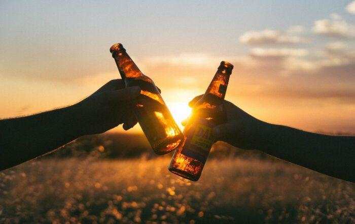 Der Genuss von Alkohol ist fest in der Gesellschaft verankert und spielt eine wichtige Rolle in allen Kulturen der Welt. Strittig ist, in welchem Maße der Konsum schädlich ist. Foto: Free_Photos/pixabay.de