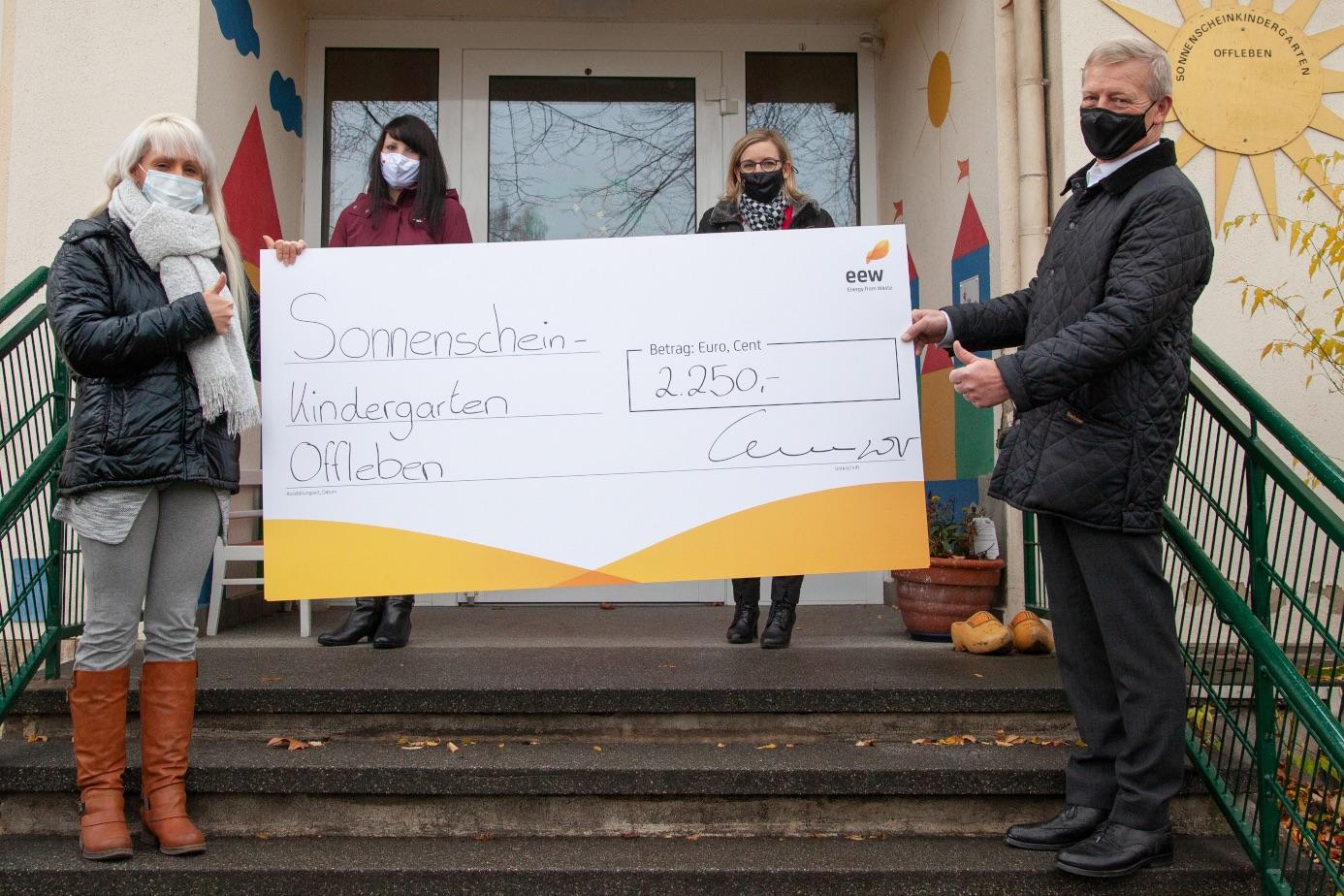 """Bernard M. Kemper (von links), Vorsitzender der Geschäftsführung der EEW Energy from Waste GmbH, EEW-Betriebsratsvorsitzende, Birgit Fröhlig, sowie EEW-Mitarbeiterin und Initiatorin Denise Tjaden überreichten eine Spende in Höhe von 2.250 Euro an Heike Meyer, Leiterin des Sonnenschein-Kindergartens in Offleben. (von rechts) Das Geld stammt aus dem EEW-Hilfsfonds """"Rest Cent"""" der EEW-Gruppe.Foto: privat"""