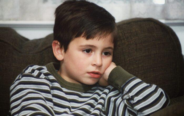 """Vor dem Fernseher oder anderen Medien tauchen Kinder vollkom-men in die ihnen dargestellte Welt ein und bekommen von """"außen"""" nichts mit. Insbesondere der Gesichtsausdruck, den der Nachwuchs dabei präsentiert - verklärter, starrender Blick, leicht geöffneter Mund - gefällt den Eltern gar nicht und unterstützt das Vorurteil, dass Medienkonsum dumm mache. Foto: Teresalunt/pixabay.de"""