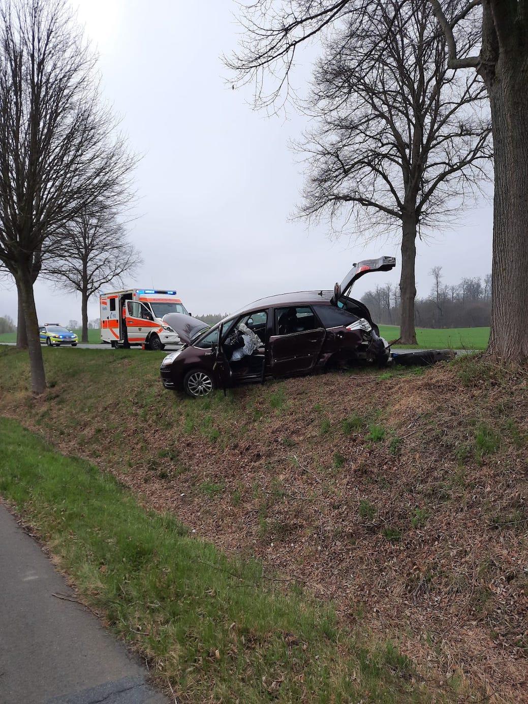 Auf der B244 Helmstedt Richtung Esbeck kam ein Auto von der Fahrbahn ab. Eine Person wurde durch den Rettungsdienst betreut. Foto: privat