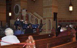 """Edwin """"Eddi"""" Schmelter bekommt seinen letzten Wunsch erfüllt: Vor dem Altar des Kaiserdoms in Königslutter schaut er auf die Empore hinauf und lauscht den für ihn gespielten Orgelklängen. Foto: Natalie Reckardt"""