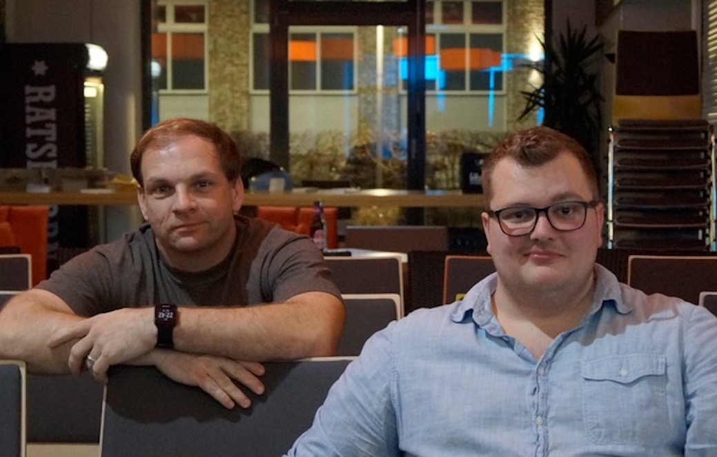 """Dominik Bartels (links) und Sebastian Hahn stellen ihre Show ,,Hüftgold"""" das erste Mal live vor. Foto: privat"""