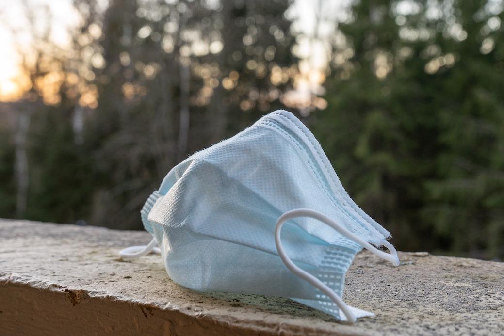 Benutzte Masken landen immer häufiger auf der Straße anstatt in einem Mülleimer.Dies gilt als Ordnungswidrigkeit und kann mit ei- nem Bußgeld geahndet werden. Nicht nur der Bußgelder wegen, sondern auch der Umwelt zuliebe sollten Masken ordnungsgerecht entsorgt werden. Foto: Sven_fotografiert/pixabay.com