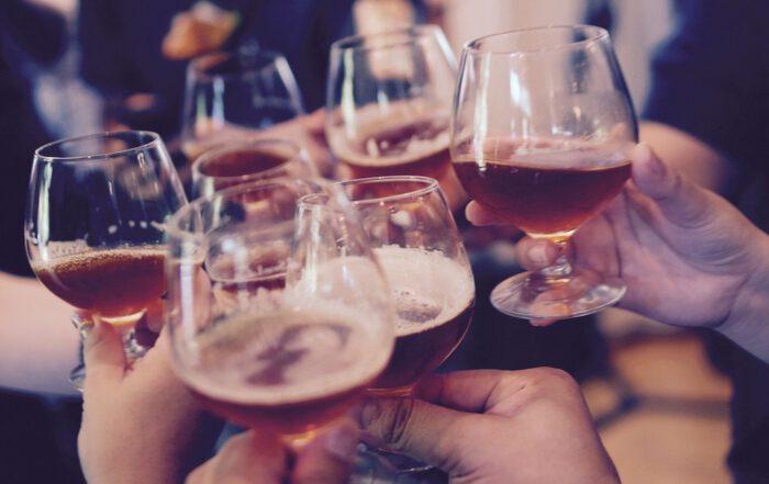 Nach ein paar Gläsern Alkohol denken viele, sie können auf einmal besser Fremdsprachen sprechen. Foto: Free-Photos/pixabay.com