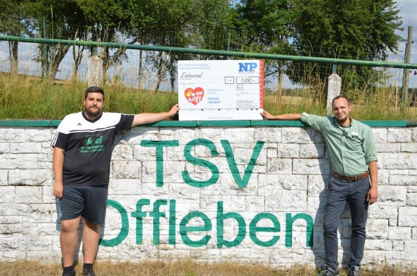 Sven Siemann freute sich über die 1.000 Euro, die er in Form eines Schecks von Christian Maaß überreicht bekam. Foto: privat