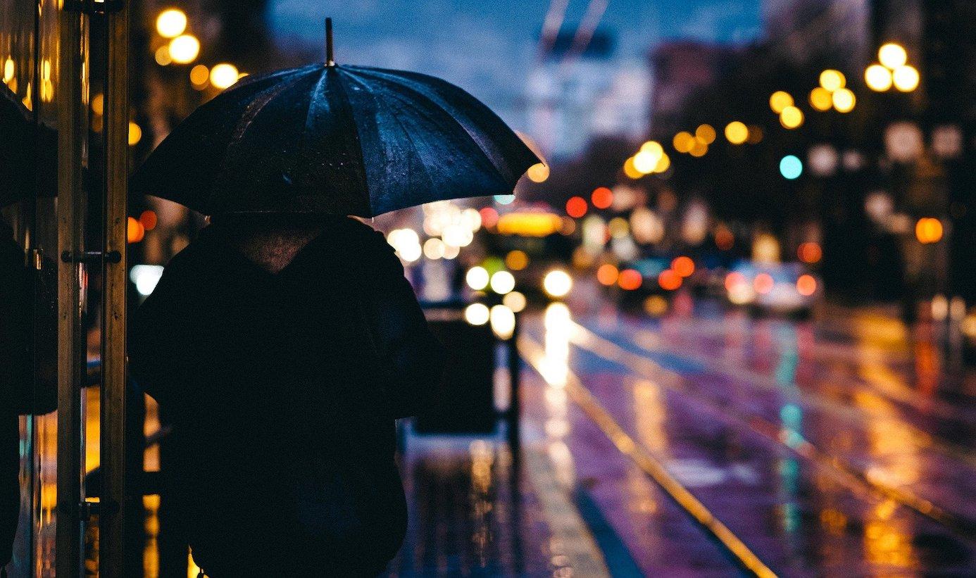 Es ist dunkel, kalt und die Straßen sind nass vom ganzen Regen. Wie wirkt sich das auf die Stimmung aus?